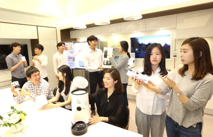 LG유플러스가 모델하우스처럼 꾸며놓은 홈IoT 체험매장에서 고객이 서비스를 체험하고 있다.
