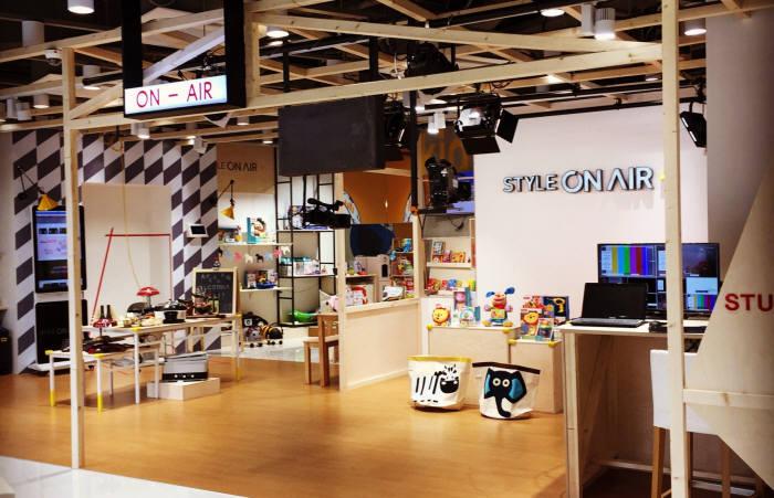 CJ오쇼핑이 수원 AK백화점에 오픈한 스타일온에어 플러스 매장