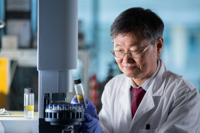 이산화탄소 자원화 기술 개발을 선도하고 있는 이재성 UNIST 교수.