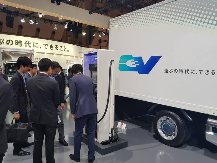 25일 일본 도쿄 빅사이트에서 열린 '도쿄모터쇼 2017' 이스즈(ISUZU) 전기트럭과 함께 시그넷이브이 초급속 충전기가 전시됐다.