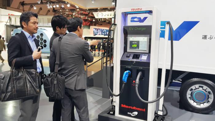 시그넷이브이가 25일 일본 도쿄 빅사이트에서 열린 '도쿄모터쇼 2017' 이스즈(ISUZU) 전시 부스에서 상용전기차용 초급속 충전기를 선보였다.