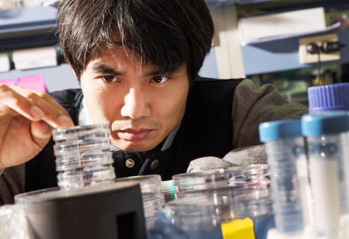 게놈 분석 기술 비즈니스를 위해 '제로믹스'를 창업한 박종화 교수.