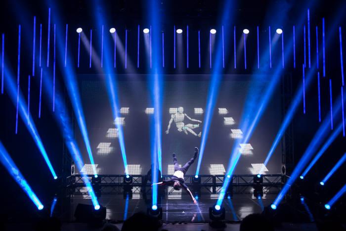 1일 한국콘텐츠진흥원은 서울 홍릉에 위치한 콘텐츠시연장에서 융합형 콘텐츠 협업 프로젝트 '음악, 인공지능을 켜다' 쇼케이스를 선보였다. 비보이엑스에아이가 선보인 AI 창작 비보잉.