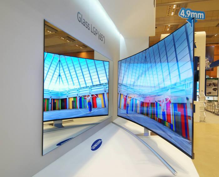 삼성디스플레이의 유리 도광판 기반 65인치 슈퍼슬림 커브드 LCD (사진=삼성디스플레이)