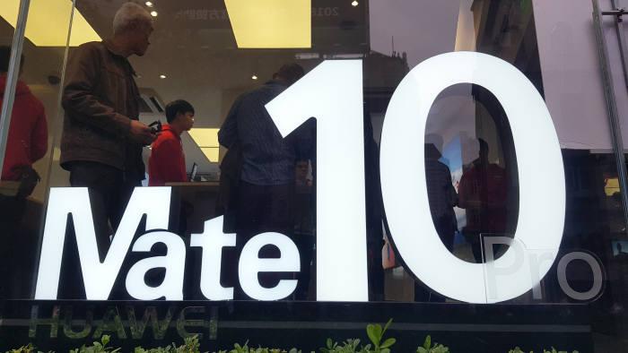 중국 상하이 난징동루에 위치한 화웨이 매장 앞에 신제품 '메이트10' 광고 문구가 적혀 있다.