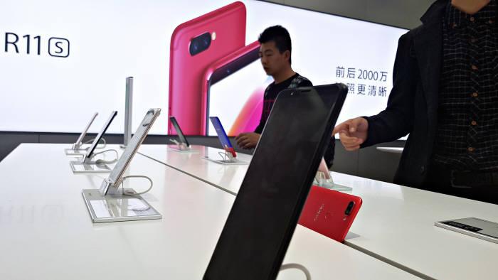 중국 상하이 난징동루에 위치한 오포 매장에서 소비자가 최신 스마트폰 R11S를 체험하고 있다.