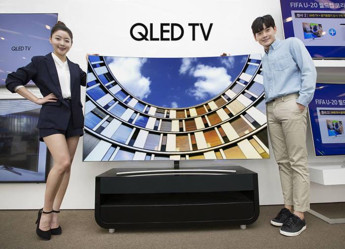 삼성전자 모델들이 QLED TV 'Q8(커브드)' 75형을 소개하고 있다.