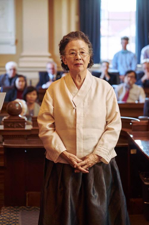 영화 '아이 캔 스피크'에서 나옥분 여사가 일본군 위안부 만행을 세상에 알리기 위해 미국 연방하원의회 단상에 오르고 있는 모습.