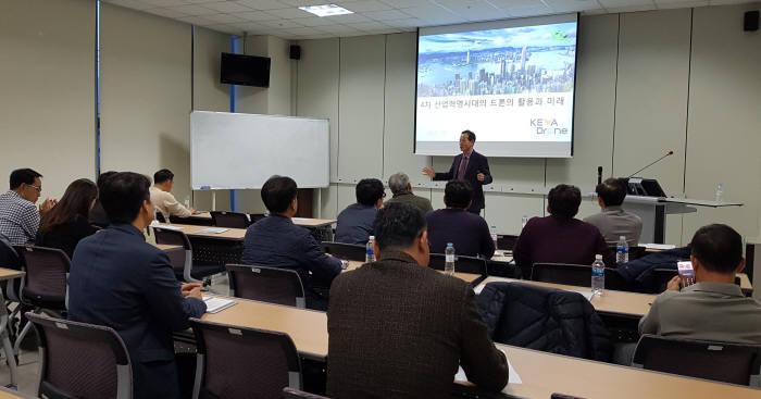 지난 13일 열린 'CEO?창의혁신 공부방'에서 이희우 케바드론 대표가 강연하고 있다.