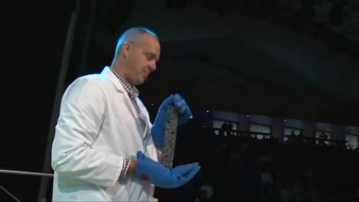 사진2. 에릭 슐라젠 네덜란드 델프트공대 교수가 TED 강의에서 자가치유소재를 사용한 아스팔트에 대해 설명하고 있다. 출처: 유튜브, TED