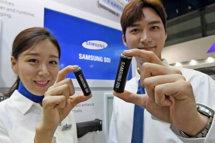 삼성SDI는 9월 열린 2017 인터배터리에서 원통형 배터리 새 표준이 될 '21700 배터리'을 전시했다. (사진=삼성SDI 제공)