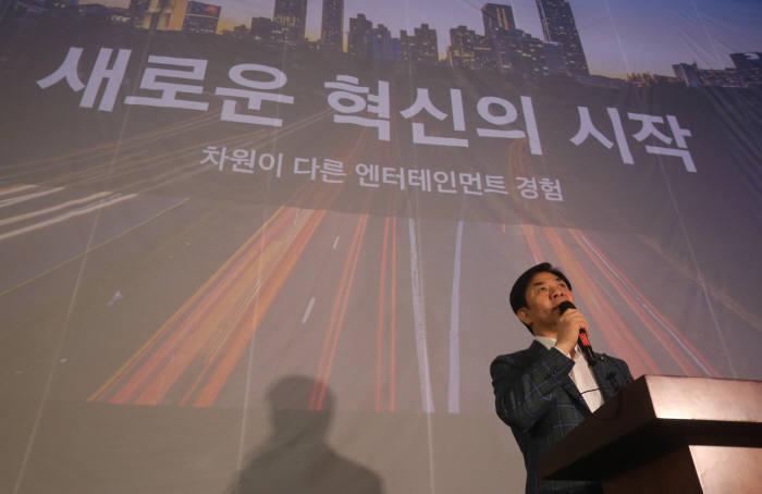 삼성전자는 지난 7월 서울 롯데시네마월드타워점에서 세계 최초 시네마 LED를 공급했다. 김현석 삼성전자 CE부문장(사장)이 '시네마 LED'를 소개했다.
