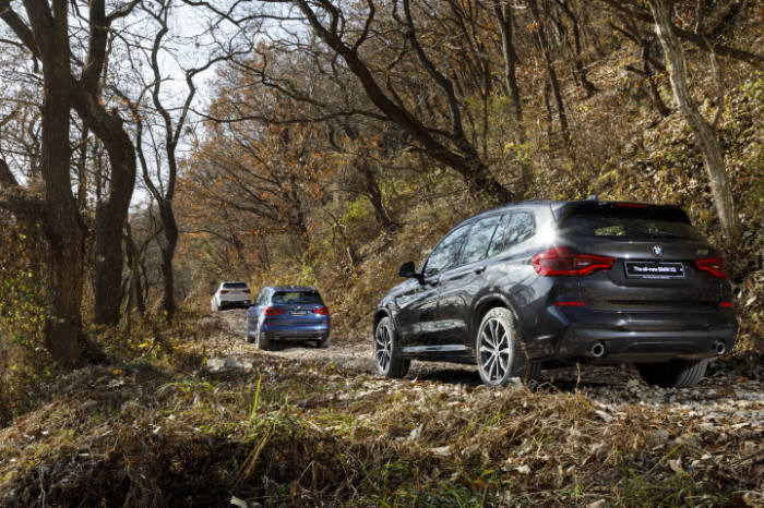 BMW 뉴 X3 오프로드 주행 모습.