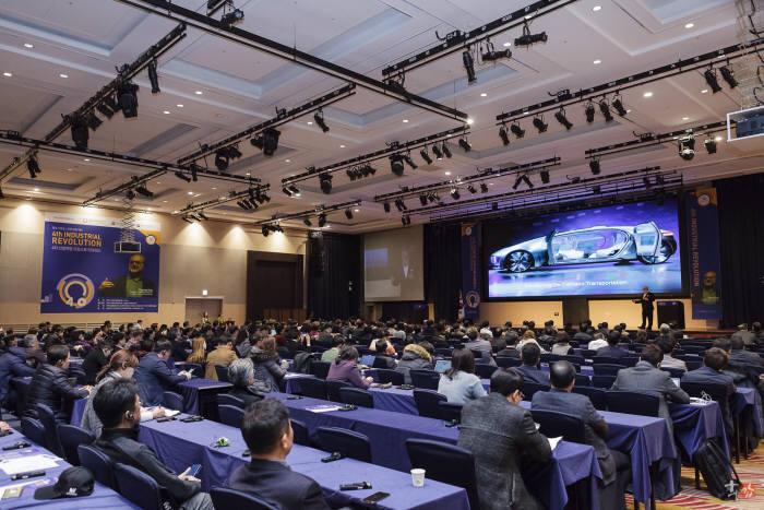 '제3회 밥먹자 중기야: 4차 산업혁명 리얼소통 컨퍼런스'가 23일 한국IoT융합사업협동조합과 서울창조경제혁신센터 공동주최로 더케이호텔 그랜드볼룸에서 개최됐다
