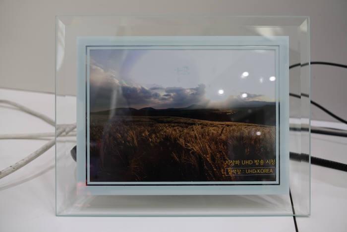 지상파UHD방송추진협회(UHD코리아)가 제조업체 블루웨이브텔과 손잡고 개발한 액자형 안테나