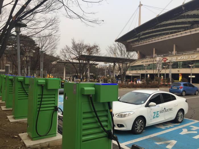 한국전력이 서울 상암월드컵경기장에 구축해 운영 중인 개방형 전기차 충전소. 급속충전기 7기와 완속충전기 3기가 설치돼 있다.