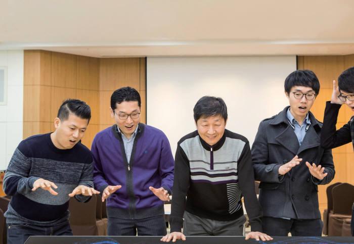 박관호 LG디스플레이 책임연구원(사진 왼쪽에서 세번째)과 CSO개발태스크 팀원들이 기념촬영했다.(사진=LG디스플레이)