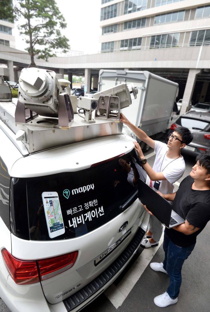 현대엠엔소프트가 자율주행자동차에 탑재되는 10㎝급 고화질 3D 지도(HD맵)를 구축하고 있다. 정밀 레이더와 라이다를 장착한 지도 데이터 수집 차량. 박지호기자 jihopress@etnews.com