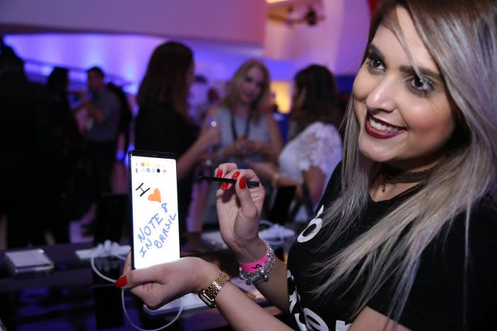 브라질 소비자가 삼성전자 갤럭시노트8을 체험하고 있다.