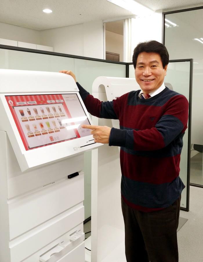 정상국 마이꿈 대표가 안드로이드 기반 키오스크 기능을 설명하고 있다.