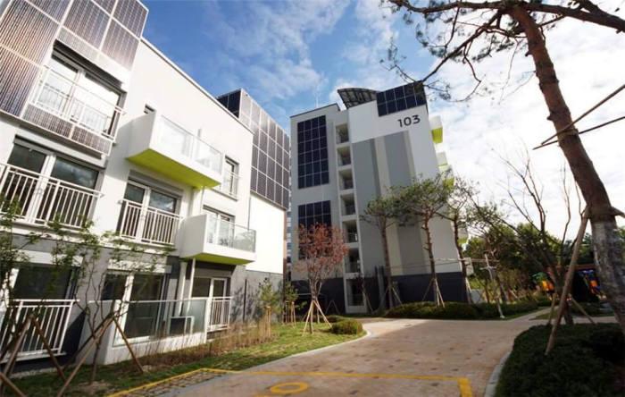노원구 EZ하우스에 설치된 건물일체형 태양열 전지. 제공=국토교통부