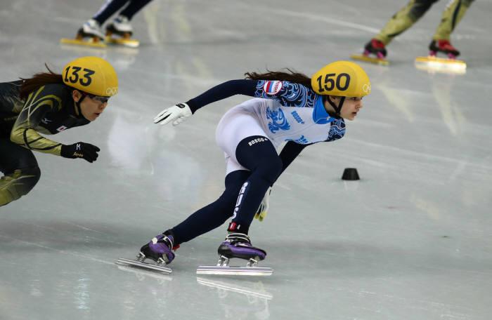 사진 2. 스피드 스케이팅 선수들의 발목에 달린 트랜스폰더. (출처: shutterstock)