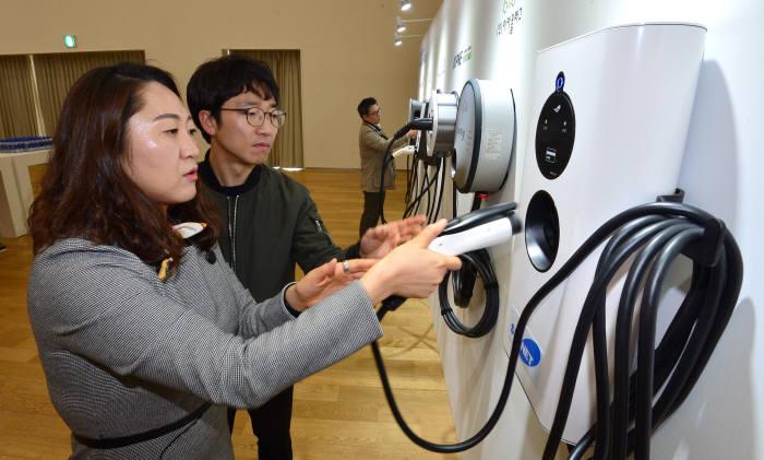 지난해 BMW 드라이빙센터에서 열린 '이버프(EVuff)' 행사장에는 국내 출시된 전기차 홈 충전기 다수가 한 자리에 전시됐다. 방문객이 충전기를 살펴보고 있다.