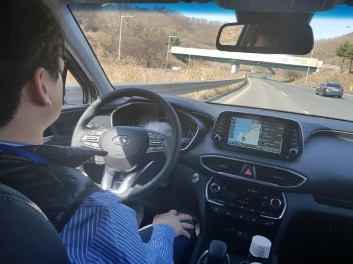 현대자동차 중형 SUV '신형 싼타페' 부분자율주행 시연 모습