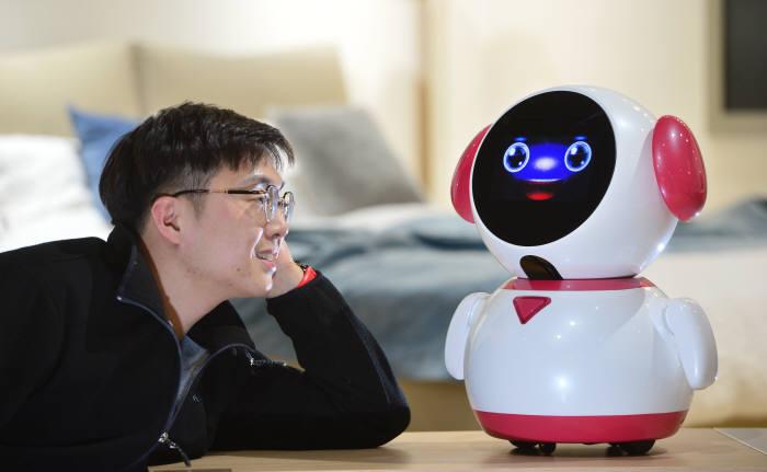 치매 케어 로봇 '마이봄'과 대화해요