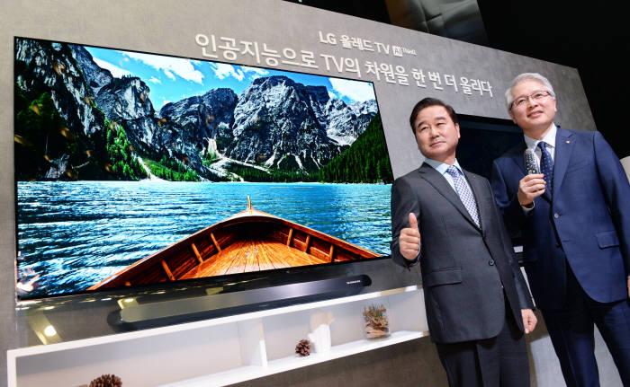 LG전자 최상규 한국영업본부장 사장(왼쪽)과 권봉석 HE사업본부장 사장(오른쪽)이 'LG 올레드 TV AI ThinQ(씽큐)'를 소개했다.