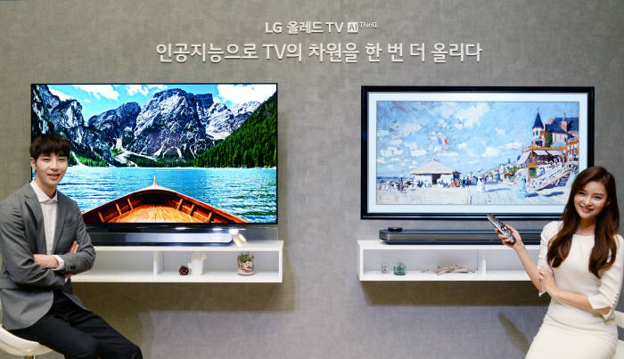모델들이 'LG 올레드 TV AI ThinQ(씽큐)'를 소개하고 하고 있다.