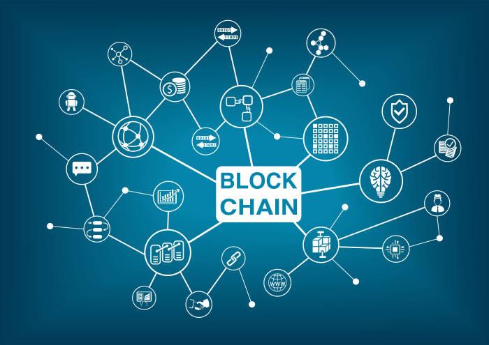 블록체인 기술은 중앙의 통제 없이 개인과 개인 투명하게 거래할 수 있도록 돕기 때문에 무궁무진한 가능성이 열려 있다. (출처: shutterstock)
