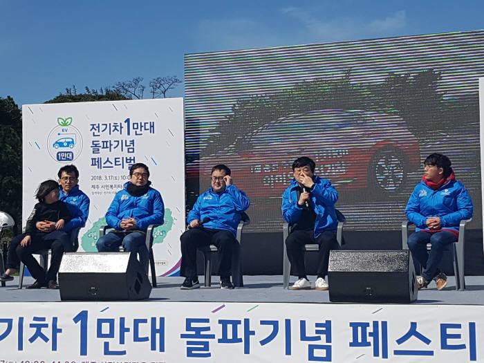 손인석(왼쪽부터), 이찬진, 김성태, 심수민, 신욱현 한국전기차사용자협회 임원 및 운영위원이 '제주의 전기차 민간보급 발전방향'을 주제로 토론을 하고 있다.