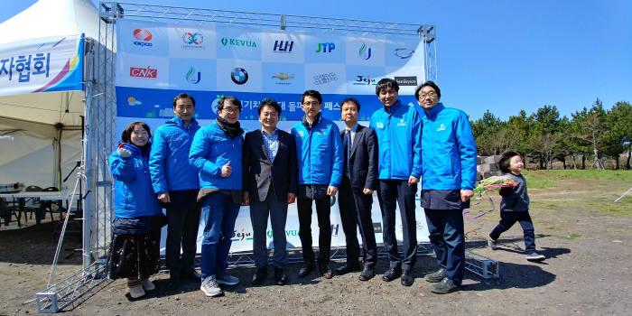 원희룡 제주지사(왼쪽 네번째)가 전기차사용자협회 운영위원들과 기념촬영을 하고 있다.