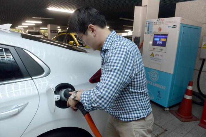 전기차 운전자가 서울시내 한 공용충전소에서 전기차를 충전하는 모습.