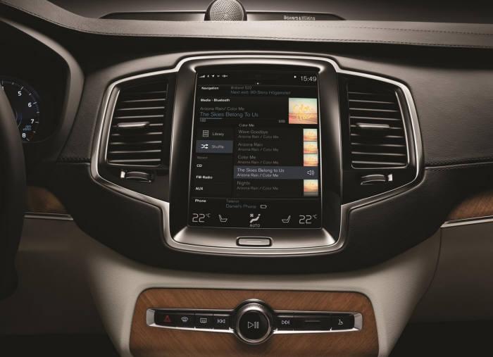 볼보자동차 XC90 9인치 센터콘솔 디스플레이.