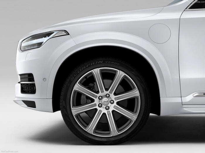 수직으로 디자인한 볼보자동차 XC90의 차체 앞부분은 보행자와 충돌할 경우 충격을 최소화한다.