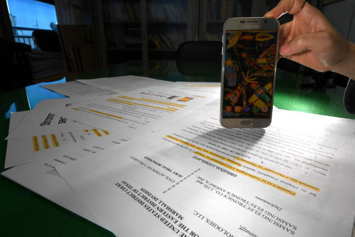 미국 PACid가 삼성전자에 3조원대 생체 인증 특허 소송을 제기했다. 생체인증 기술 적용 갤럭시S6부터 갤럭시S8 기종에 이르는 스마트폰이 소송 대상이다. 11일 전자신문이 입수한 소장 복사본과 갤럭시S6.<br />김동욱기자 gphoto@etnews.com