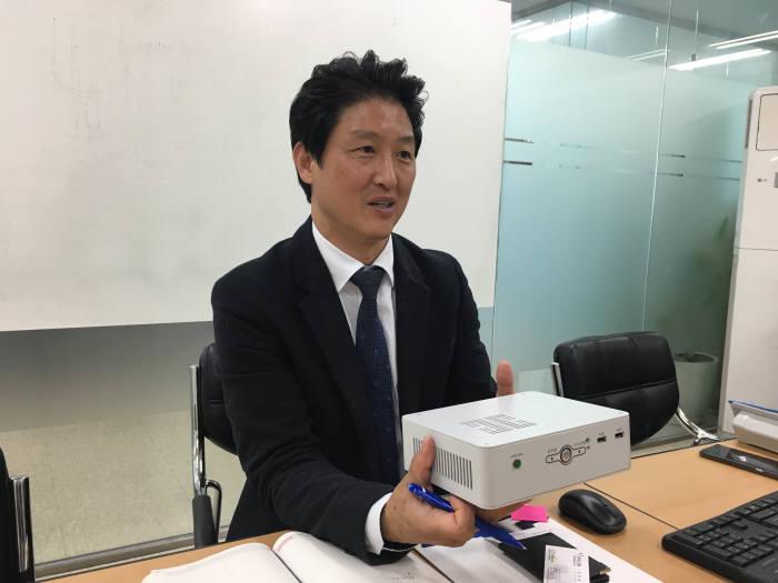 신용욱 인프론티브 대표가 망분리 전용 미니 데스크톱PC '테트라-KMDT'를 소개하고 있다.