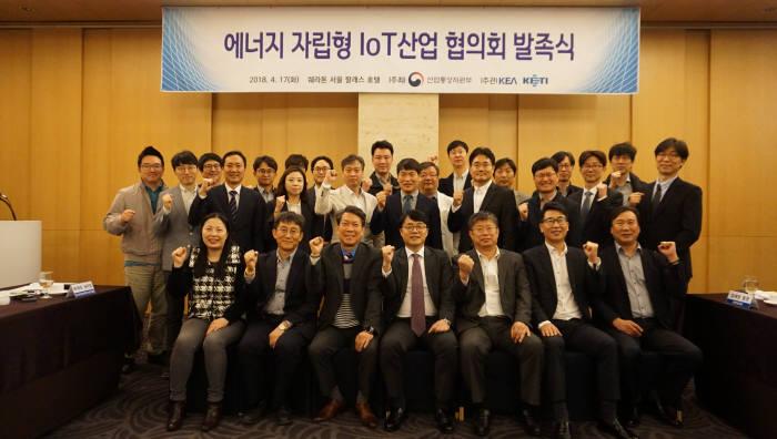 전자부품연구원(KETI·원장 박청원)과 한국전자정보통신산업진흥회(KEA·회장 김기남)가 국내 에너지 자립형 사물인터넷(IoT) 산업 생태계 조성에 나섰다. 협의회 발족식에서 관계자들이 기념촬영했다.