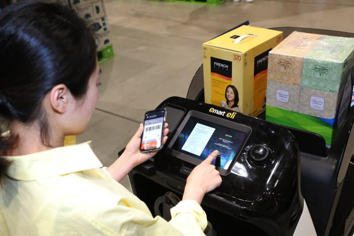 17일 스타필드 하남에 위치한 트레이더스 하남점에서 고객이 'SSG페이' 어플을 이용해 자율주행 카트 '일라이'로 구매한 물건들을 결제하고 있다.