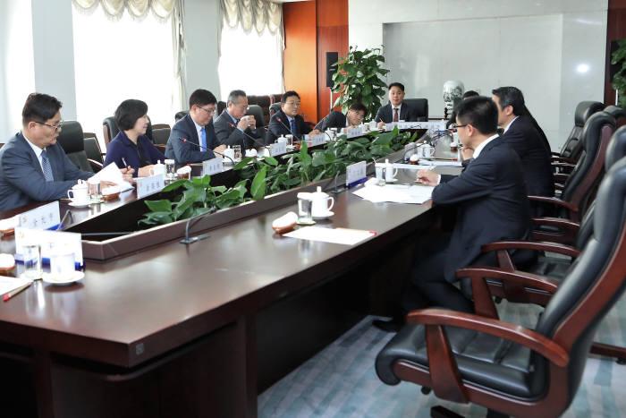 '일대일로 한중문화콘텐츠 교류 민간 사절단'이 중국 관계자들과 협의하고 있다.