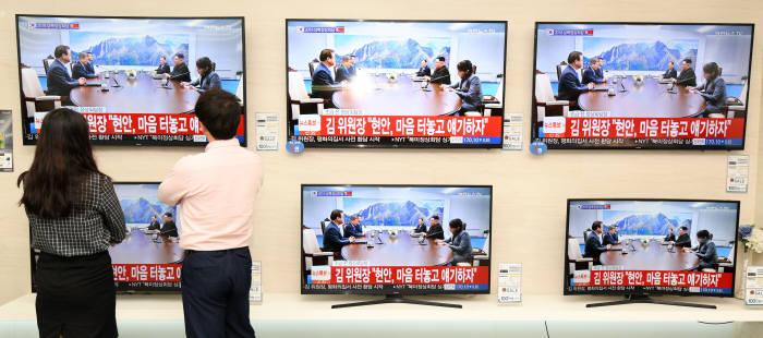 [2018 남북정상회담]'역사적 만남' 시청하는 시민들