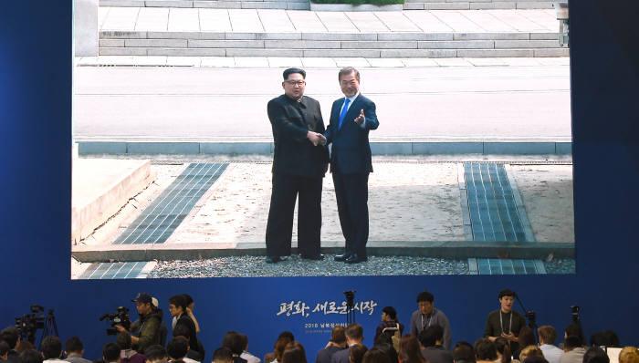 [2018 남북정상회담]문재인·김정은 역사적인 악수