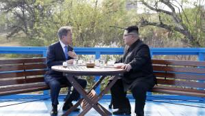 """문재인 """"'완전한 비핵화' 위한 소중한 출발""""…김정은 """"불미스러운 역사 되풀이 않겠다"""""""