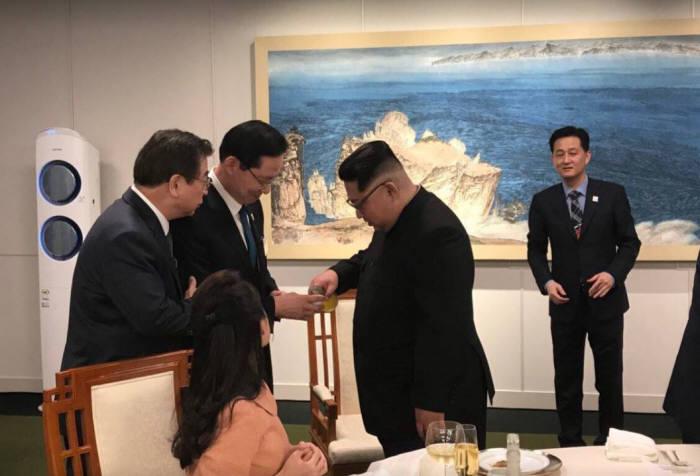 김정은 국무위원장(오른쪽)이 27일 남북정상회담 우리측 참석자들에게 술을 건네고 있다. <출처:청와대 페이스북>