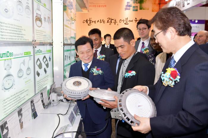 윤장현 광주시장이 5일 오전 김대중컨벤션센터 다목적홀에서 열린 '2017 광주 광산업 유망기술 로드쇼 및 바이오 초청 수출상담회'에서 전시된 제품을 살펴보고 있다.