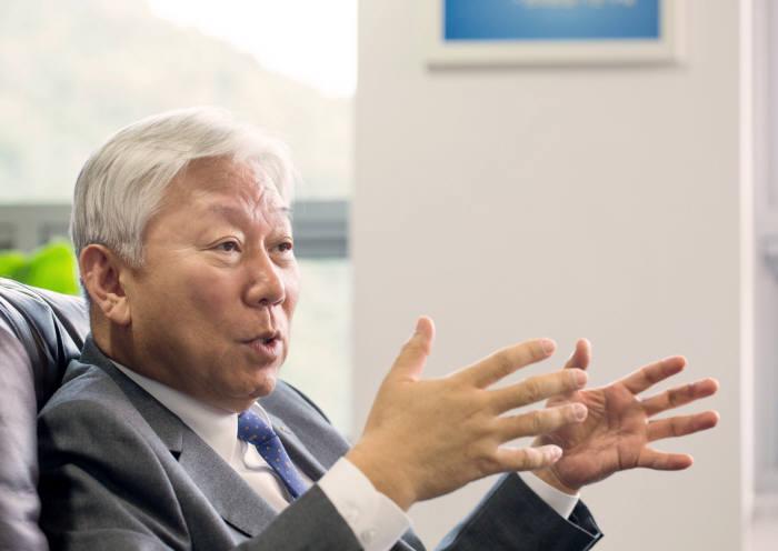 수출형 연구 브랜드 육성과 글로벌 연구협력 방향을 설명하고 있는 정무영 UNIST 총장.