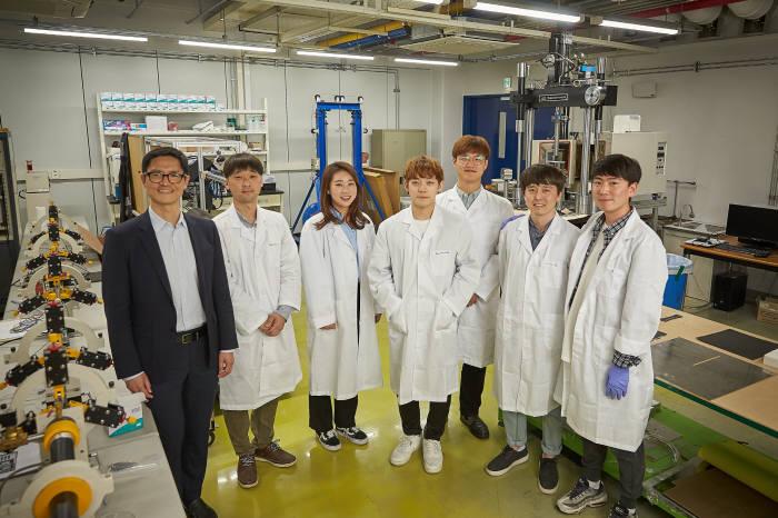 박영빈 FICT 한국분원장(왼쪽)과 연구진.