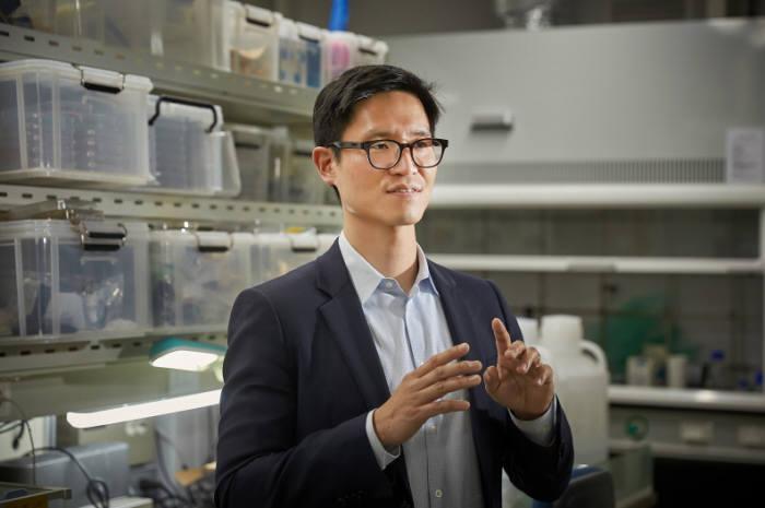차량용 경량 복합재 산업의 중요성을 설명하고 있는 박영빈 FICT 한국분원장(기계항공 및 원자력공학부 교수)